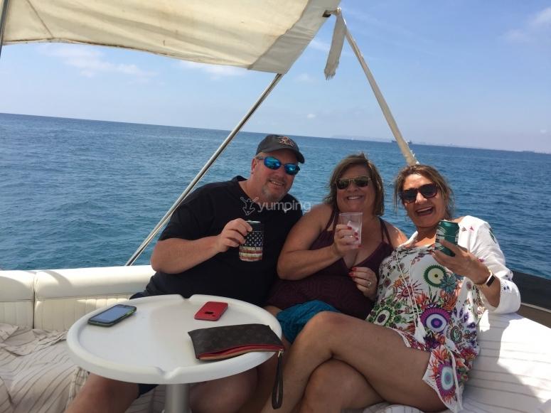 Disfrutando del paseo en barco con una cervecita