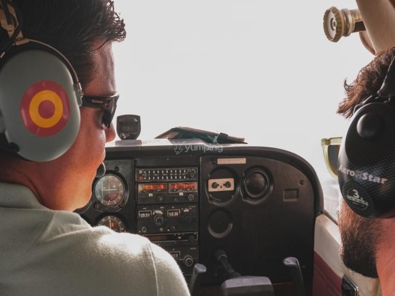 Insieme al pilota nella cabina di pilotaggio dell'aereo
