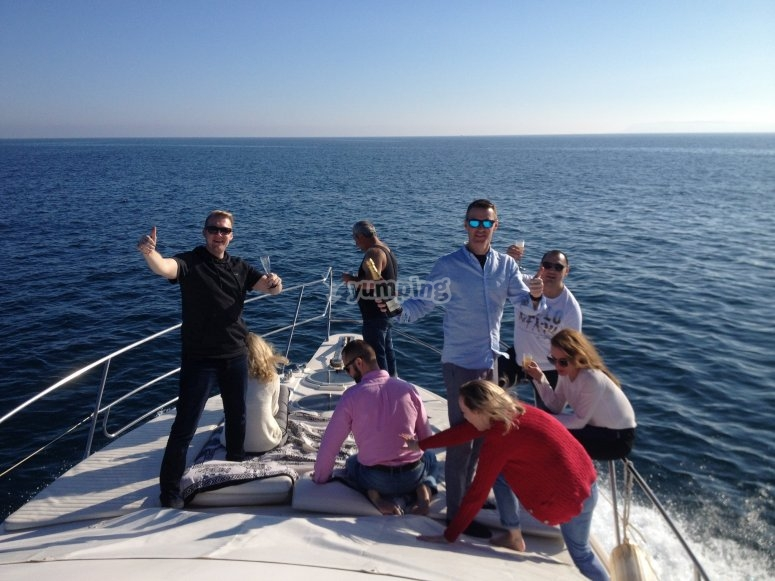 Amigos en el proa rumbo a Formentera