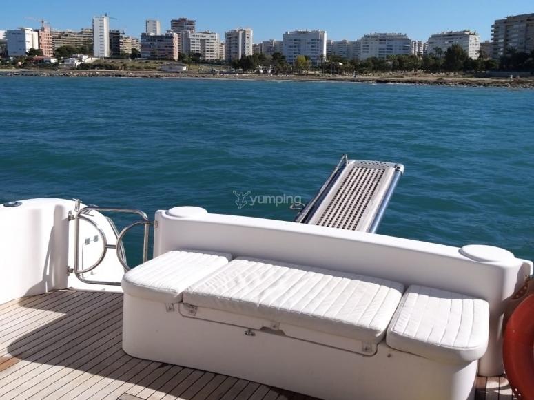 从游艇上欣赏阿利坎特的景色