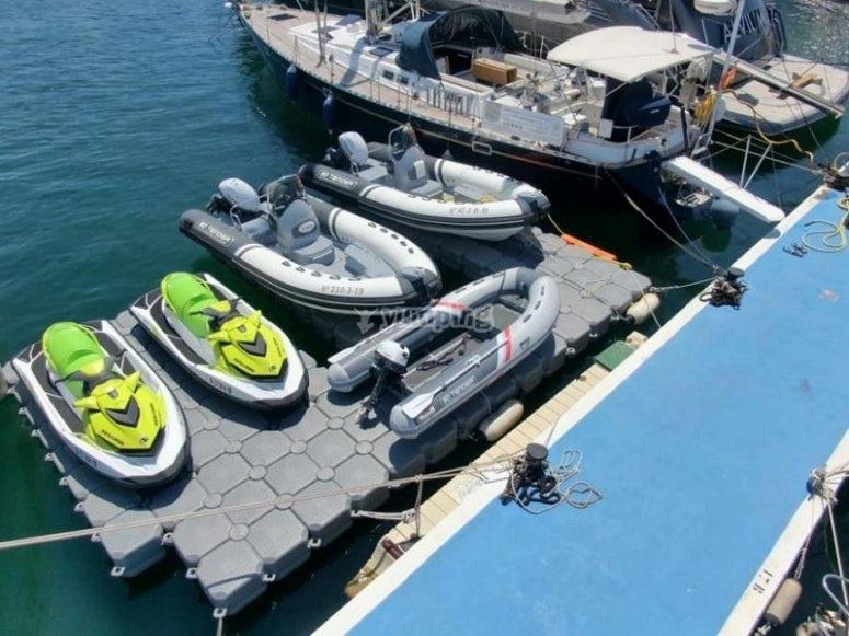 在码头的摩托艇