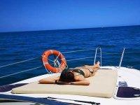 Tomando el sol durante un paseo en barco