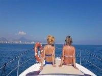 Paseo en barco con amigas