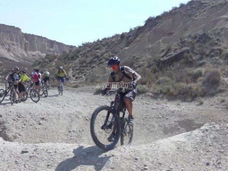 Los ciclistas siguiendo al guía