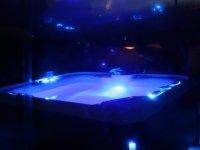 La piscina iluminada de noche