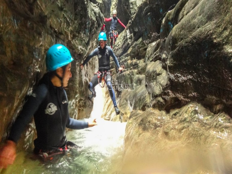 Avanzando entre las paredes de roca del barranco