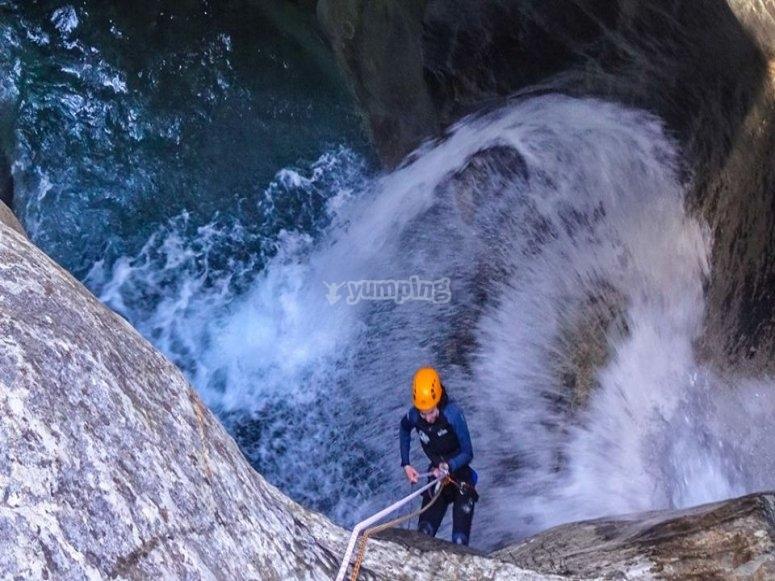 Descendiendo el barranco por la cascada