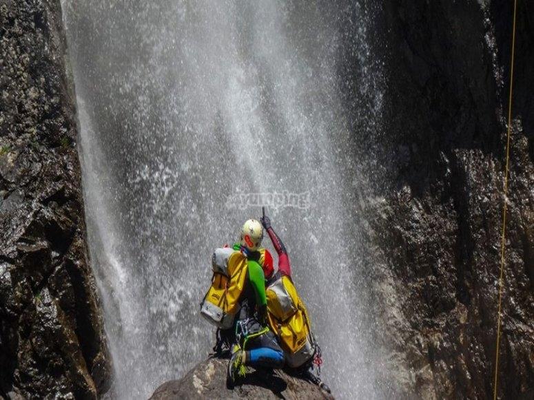 Frente a la cascada del barranco