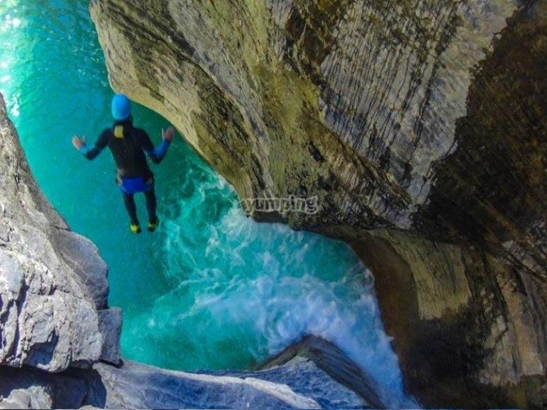 Saltando a la poza cristalina