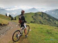 Ciclista contemplando el paisaje