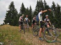 Ciclista senalando la ruta