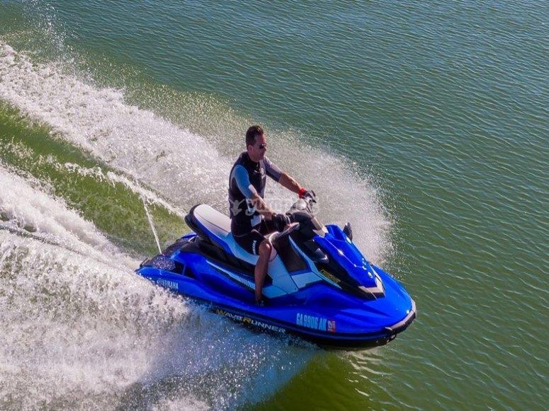 A toda velocidad con la moto de agua