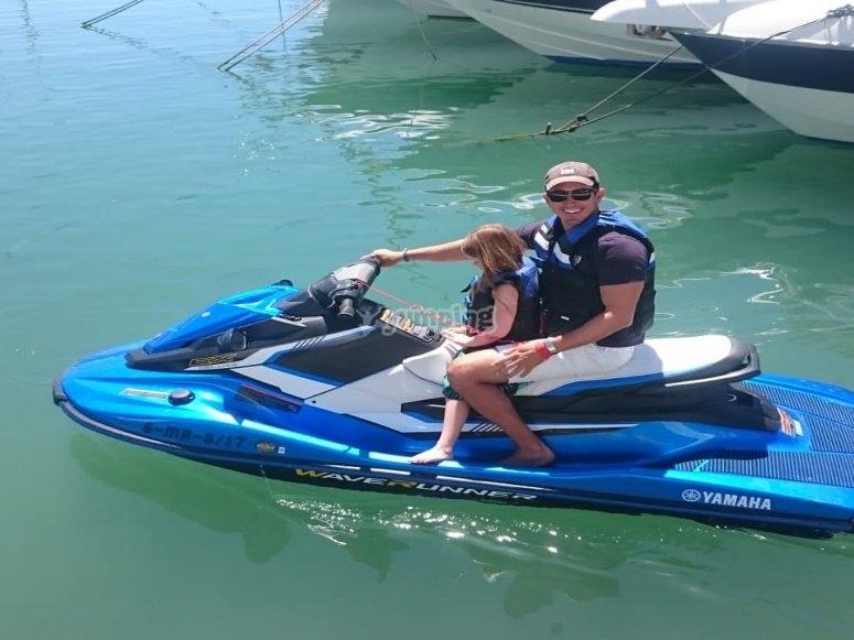 Saliendo el puerto de Estepona con la moto de agua