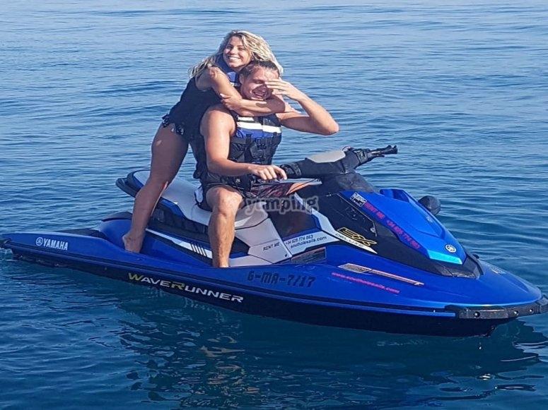 Moto de agua con pareja a bordo