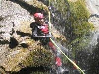 下降山沟离开洞穴瀑布通过后速降