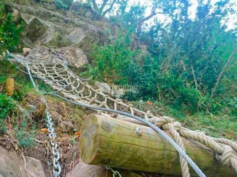 Ascenso de la ferrata con la escalera de cuerdas