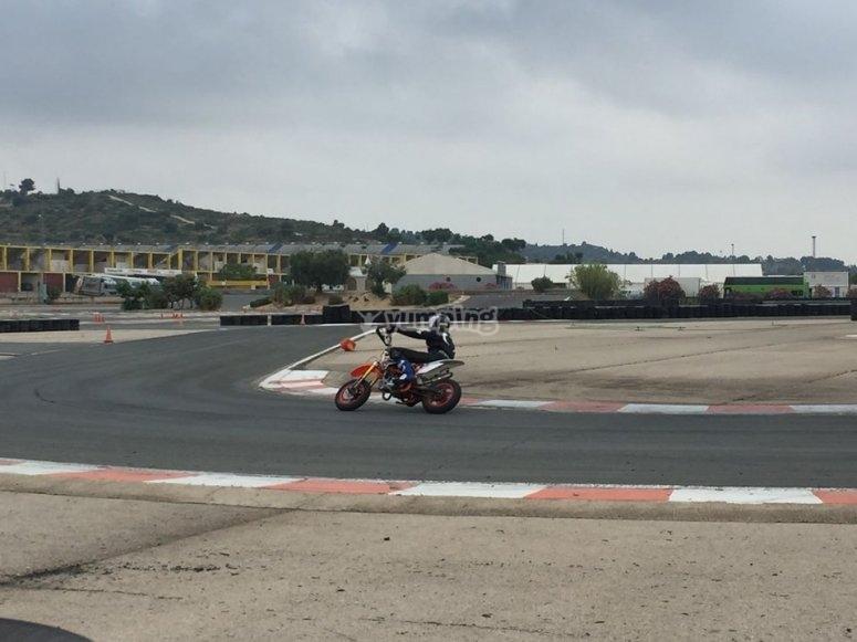 En el circuito de Cheste con la moto
