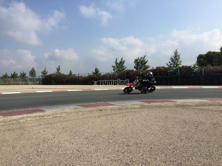 Clase práctica de moto en asfalto