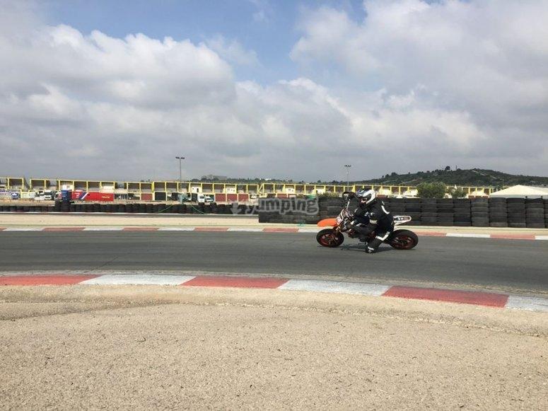 Con la moto en el circuito asfaltado