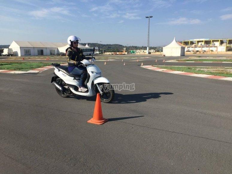 Aprendiendo a manejar situaciones con la Scooter