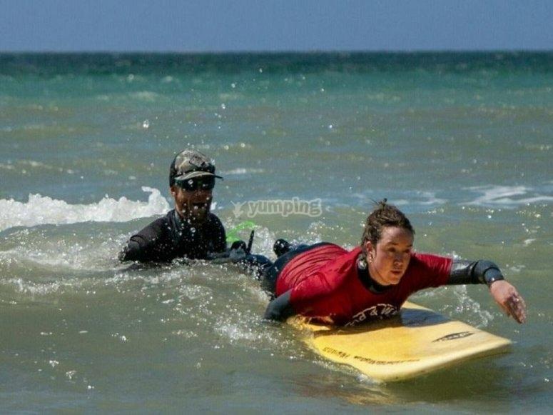 监视器和冲浪学生