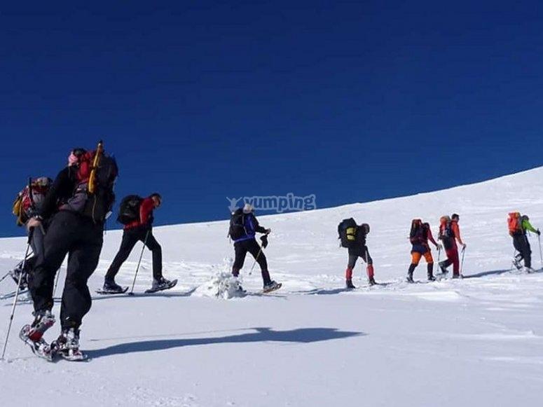 Siguiendo al guía de montaña