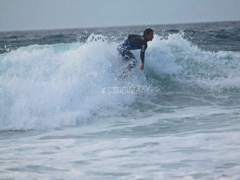 在马拉加水域冲浪