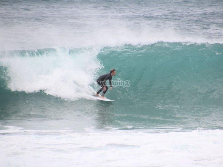 Sulla tavola da surf a Malaga