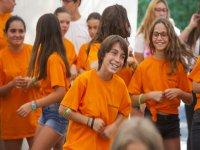 Participantes con camisetas naranjas