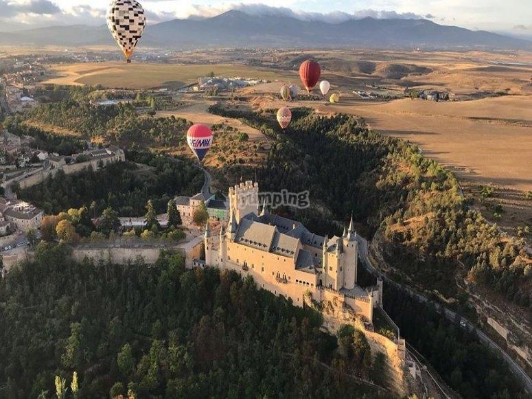 气球飞过塞哥维亚城堡
