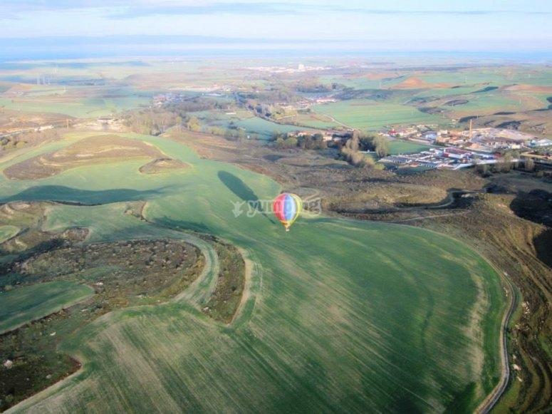 塞戈维亚周围飞行的气球全景