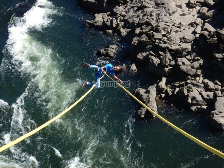 Colgado de las cuerdas desde el puente