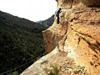 正在通过普列戈在铁索攀岩