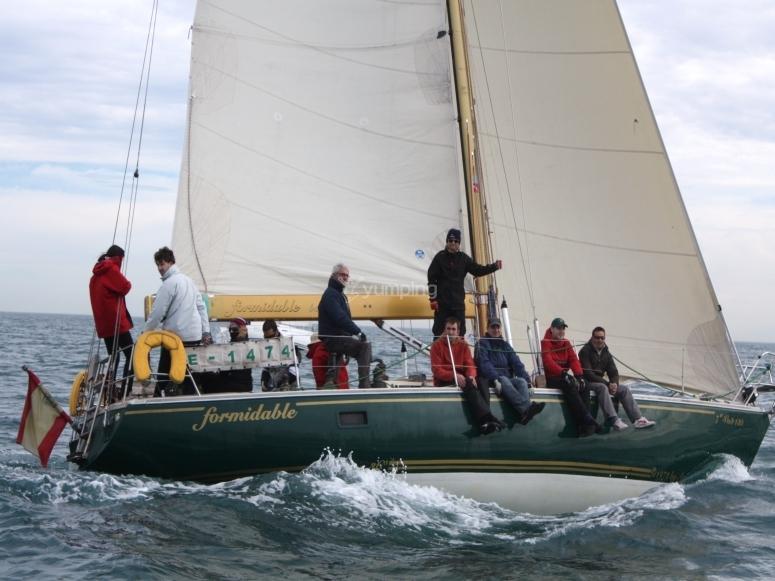 在帆船赛中登上帆船
