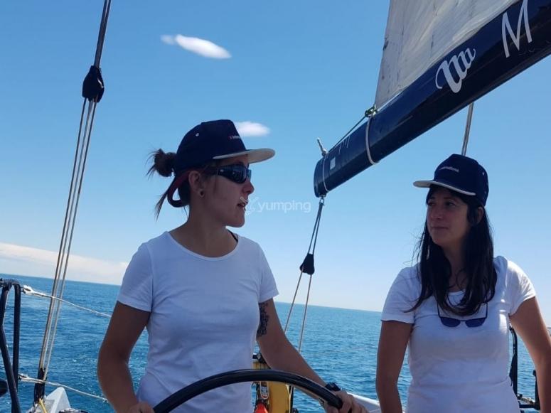 Manejando el barco de regatas