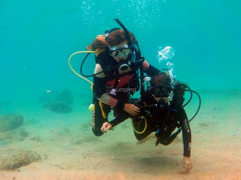 在公司潜水