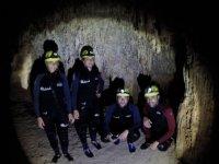 Nella grotta illuminata solo da una lanterna