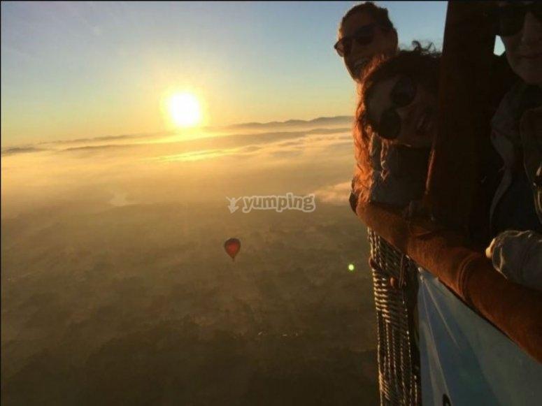 Contemplando el amanecer en globo