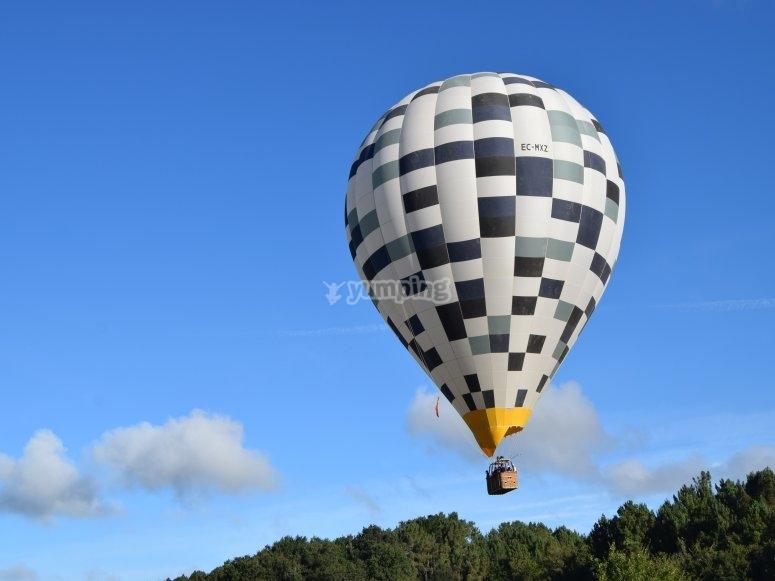 Globo volando sobre la Ribeira Sacra