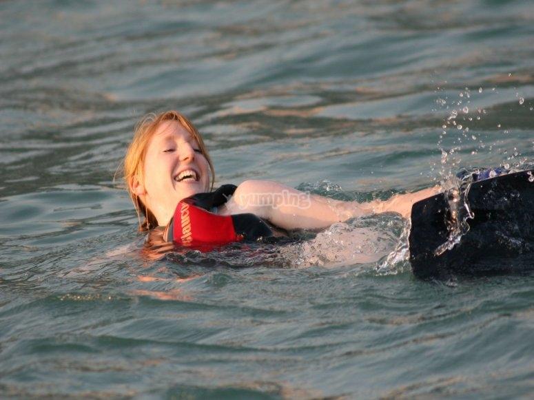 En el agua tras la caída con el wakeboard