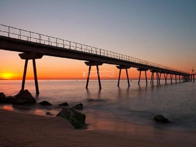 日落时的巴达洛纳海滩