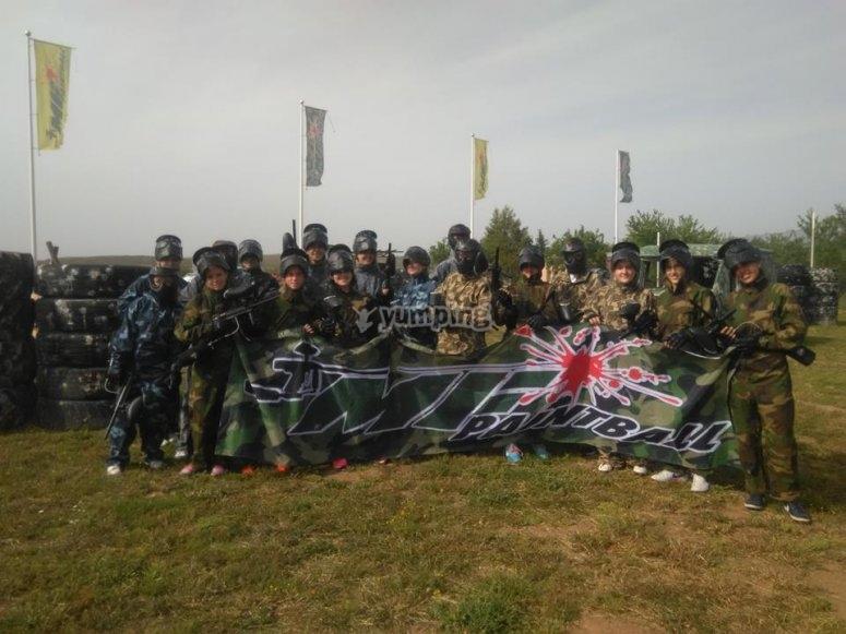 Grupo de paintball en el campo de batalla