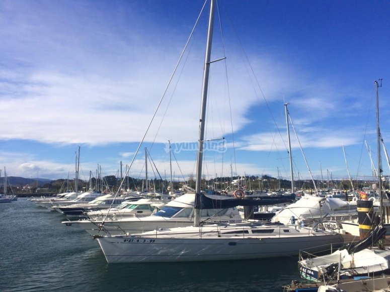 Flota de barcos en el puerto de Santander