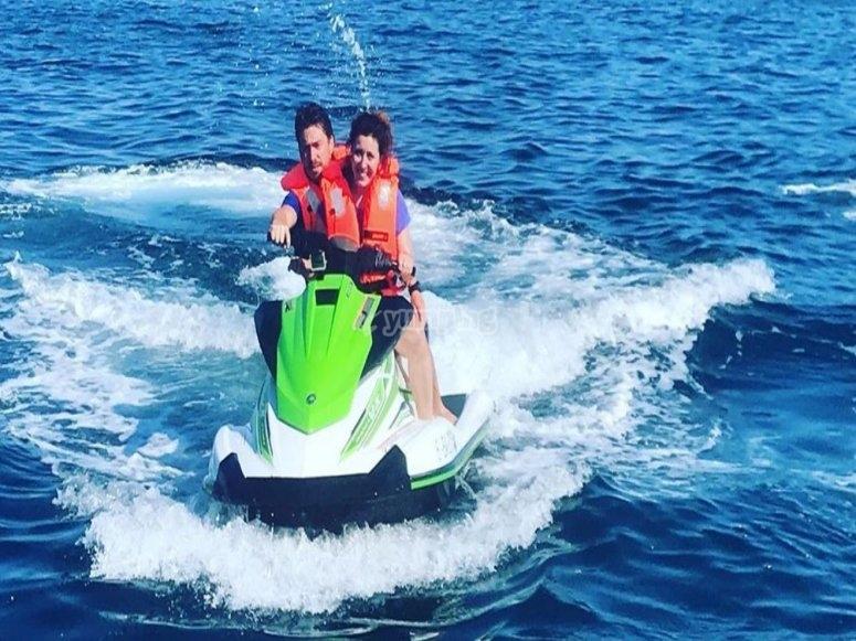 夫妇在摩托艇上