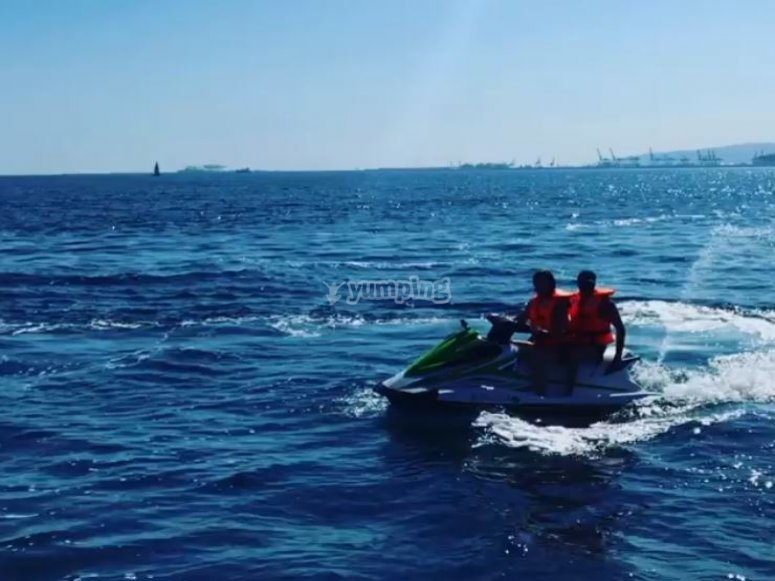 乘坐摩托艇游览的朋友