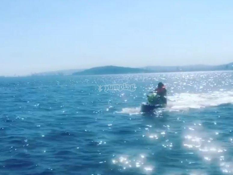 乘坐摩托艇游览地中海巴塞罗那