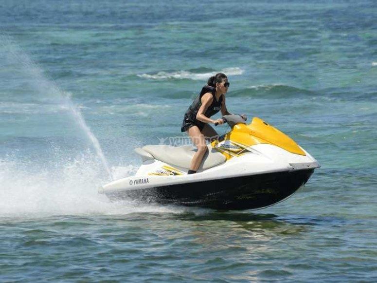 摩托艇上的滑板