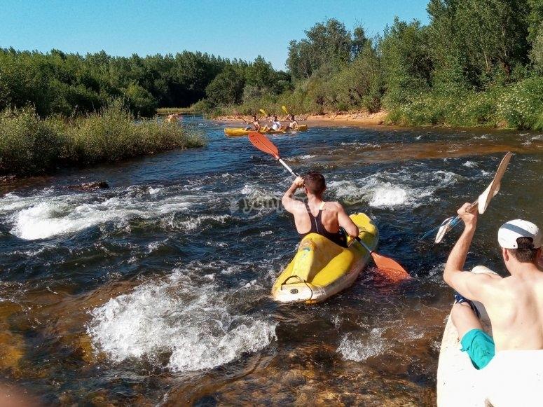 A bordo de las canoas en el río Tera