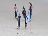 对初学者海滩冲浪课程热身入门中