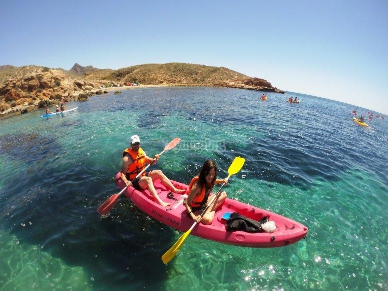 Pareja a bordo del kayak